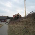 Blick vom Strandweg auf das Haus an den Dünen